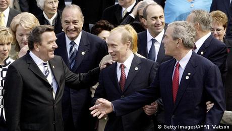 Gerhard Schröder fue el primer canciller alemán que tomó parte en el desfile ruso de la victoria en Moscú en 2005. Schröder agradece a su anfitrión, Vladimir Putin, la invitación como una muestra de confianza al pueblo alemán. Putin dice que la reconciliación entre ambos países es uno de los mayores logros de la Europa de posguerra.