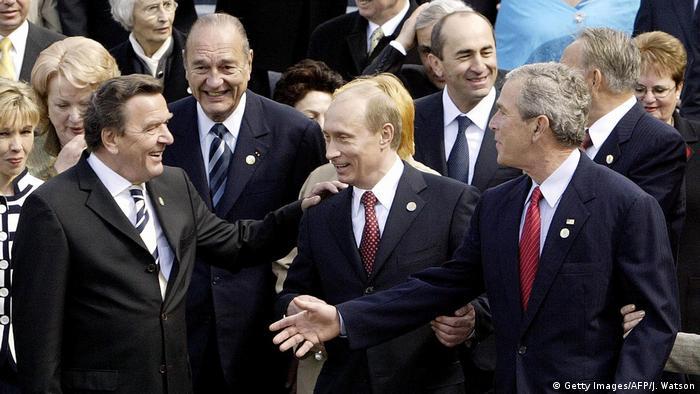 Парад Победы 9 мая 2005 года в Москве. Среди гостей Владимира Путина - Герхард Шрёдер, Жак Ширак и Джордж Буш