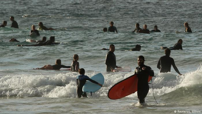 Australien Strand Menschen Surfer Corona-Krise (Reuters/L. Elliott)