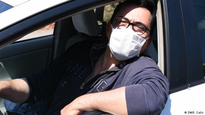 Roman taxi driver Claudio leans out his car window (DW/E. Cakir)
