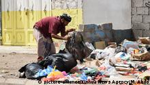 (200403) -- YEMEN, April 3, 2020 (Xinhua) -- A man looks for recyclable items for selling at a rubbish dump in the southern port city of Aden, Yemen, April 2, 2020. Though no coronavirus case has been reported in Yemen, the Yemeni government has taken strict measures, including shutting down businesses and stores, to counter a possible outbreak. However, some poor local people said they cannot afford to stay at home, and they are obliged to continue going to workplaces in order to earn a living and to feed their families. TO GO WITH Feature: Anti-coronavirus efforts stir worries about livelihood in war-ravaged Yemen (Photo by Murad Abdo/Xinhua) | Keine Weitergabe an Wiederverkäufer.