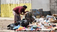 Jemen Aden | Mann sucht im Müll nach Verwertbarem