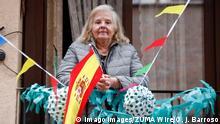 Spanien | Coronavirus: Frau mit spanischer Flagge auf Balkon in Madrid