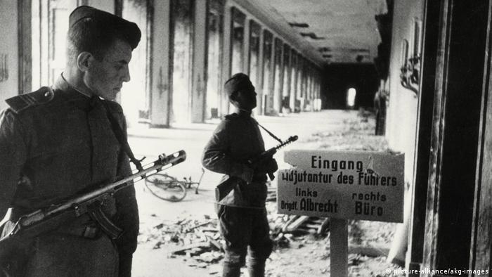 Солдаты Красной армии в здании рейхсканцелярии Адольфа Гитлера