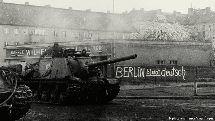 Советский танк проезжает мимо надписи «Берлин останется немецким»