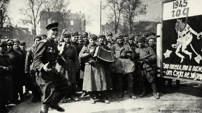 Советские солдаты в освобожденном Берлине
