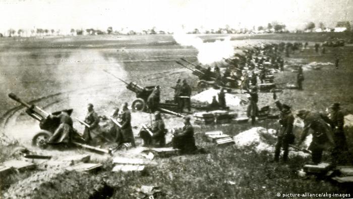 Советская артиллерия на окраине города приступает к обстрелу Берлина