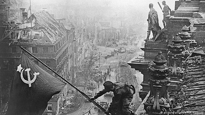 20 април 1945: войник от Червената армия развява съветското знаме над Райхстага