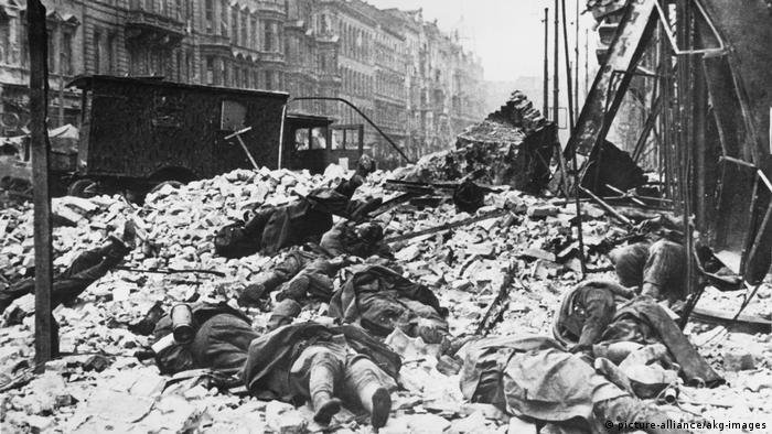 Escombros e corpos em meio à batalha em Berlim