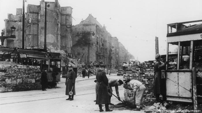 Szene aus dem zerstörten Berlin im Jahre 1945