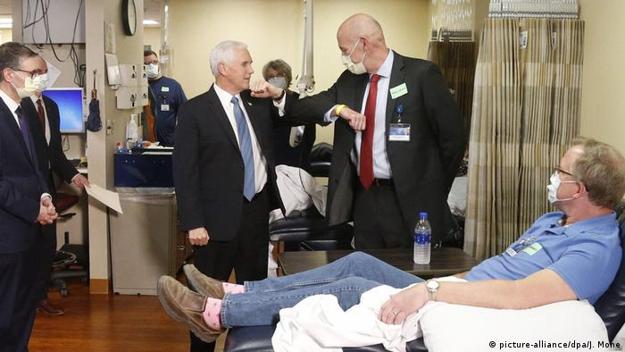 USA | Coronavirus | Vizepräsident Mike Pence ohne Mundschutzmaske in Krankenhaus (Foto: picture-alliance/dpa/J. Mone)