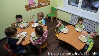 Дети в одном из социальных центров Москвы