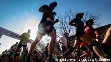 07.04.2019, Niedersachsen, Hannover: Läufer starten in Hannover zum Marathon. Foto: Peter Steffen/dpa   Verwendung weltweit
