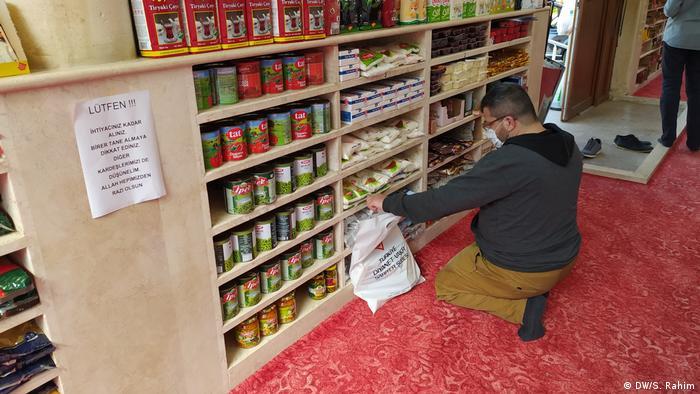 Seorang penerima bantuan tengah memilih barang (DW/S. Rahim)