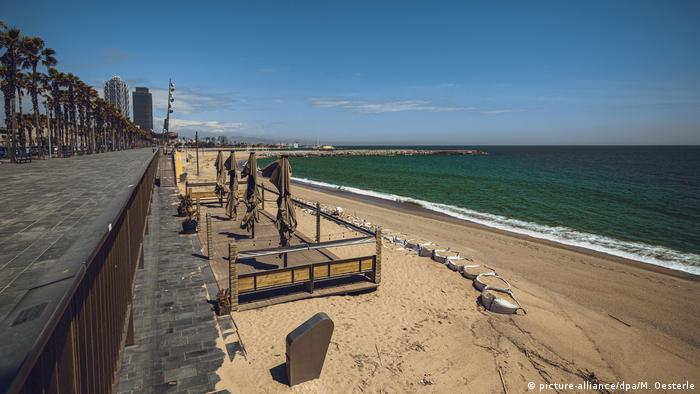 Empty beach near Barcelona, Spain (picture-alliance/dpa/M. Oesterle)