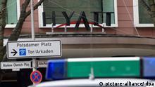 Ein Streifenwagen der Polizei steht am Samstag (06.03.2010) vor dem Hotel Hyatt in Berlin. Das dort stattfindende Pokerturnier war am Nachmittag überfallen worden. Die bewaffneten Täter hätten Geld erbeutet und seien damit geflüchtet, sagte ein Polizeisprecher. Über die Summe machte er keine Angaben. Foto: Klaus-Dietmar Gabbert dpa/lbn