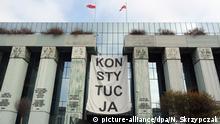 ARCHIV - 07.11.2018, Polen, Warschau: Über dem Haupteingang des Obersten Gerichts in Warschau hängt ein Banner mit der Aufschrift «Konsytucja» (Verfassung). (zu dpa EuGH: Polnische Disziplinarkammer darf vorerst nicht weiterarbeiten) Foto: Natalie Skrzypczak/dpa +++ dpa-Bildfunk +++ | Verwendung weltweit