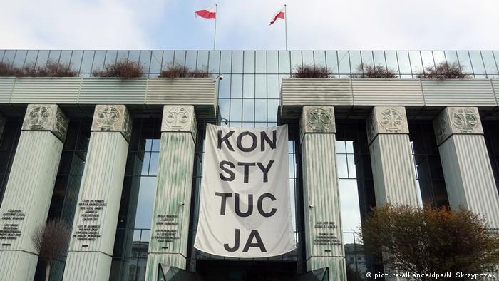 Polen | Oberstes Gericht in Warschau - Banner mit Aufschrift Konsytucja» (Verfassung) (picture-alliance/dpa/N. Skrzypczak)