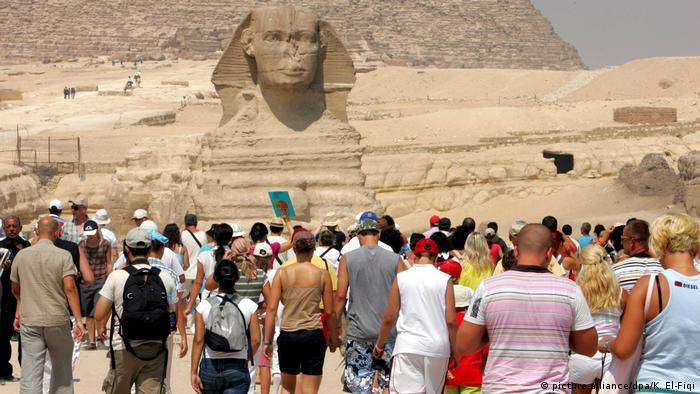 Ägypten Gizeh Touristen besuchen Pyramiden