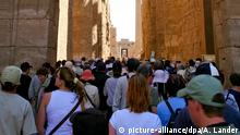 Ägypten Luxor Touristen bei Karnak Tempel