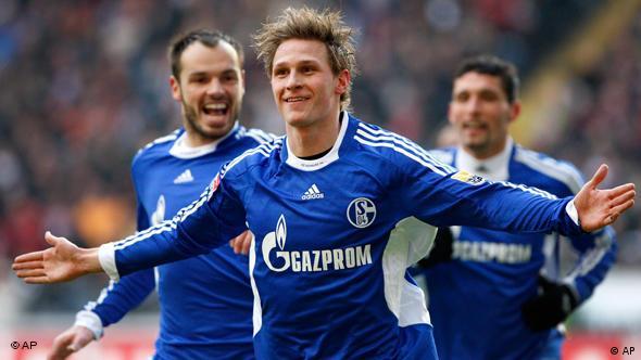 Benedikt Höwedes (m.) freut sich mit Heiko Westermann (l.) und Kevin Kuranyi (r.) über sein Tor (Foto: AP)