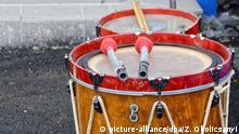 Röhren-Trommel auf der Strasse (picture-alliance/dpa/Z. Okolicsanyi)