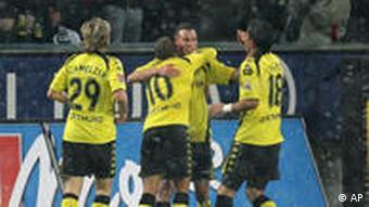 Die BVB-Kollegen gratulieren Grosskreutz (2.v.r.) zum 1:0 (Foto: AP)