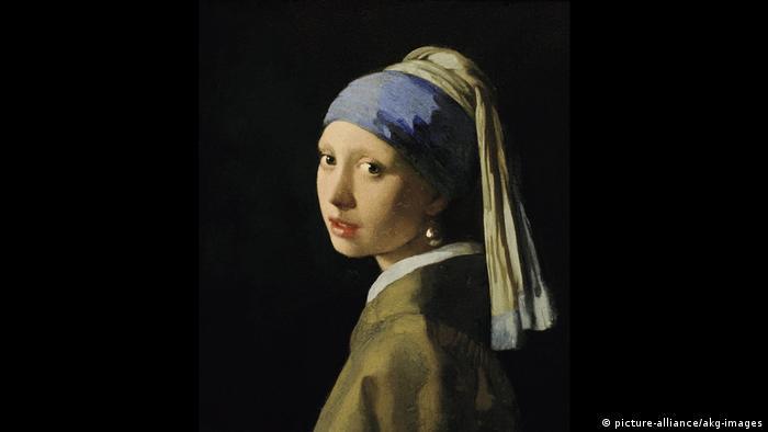 Изследвайки тази картина на нидерландския бароков художник Ян Времеер, учените установили, че фонът ѝ не винаги е бил черен. Вермеер първоначално е нарисувал зелена завеса, но с годините тя постепенно потъмняла. И до днес е загадка коя жена е послужила за модел на художника.