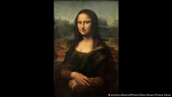 """Според някои изкуствоведи, Мона Лиза крие най-голямата загадка в историята на изкуството. Коя е жената, позната като """"Ла Джоконда""""? Съществувала ли е изобщо? И какво означава тайнствената ѝ усмивка? Как Леонардо е успял да я нарисува така, че погледът ѝ сякаш следи всеки, който я наблюдава?"""