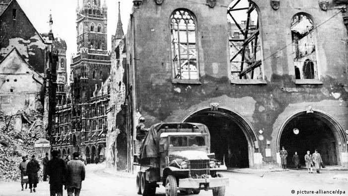 اینجا مونیخ است. آلمان تسلیم شده است. بخشهای وسیعی از شهر ویران شده و کنترل شهر بدست نیروهای آمریکایی درآمده است.