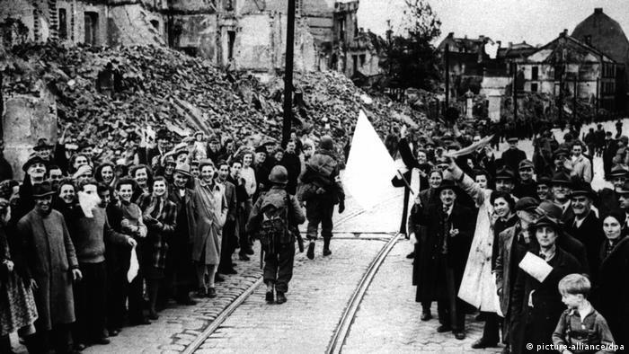 Soldados americanos são saudados pela população de Munique, em 8 de maio de 1945
