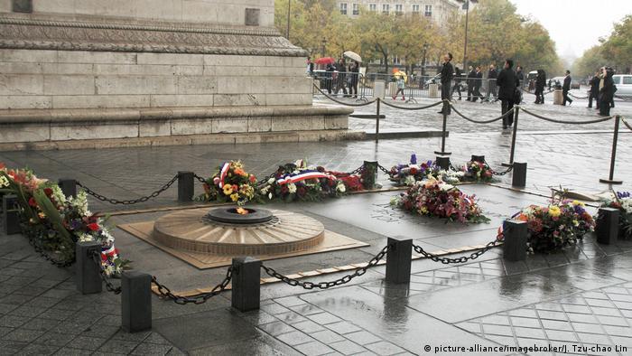 Військовий меморіал біля підніжжя Тріумфальної арки в Парижі, Франція