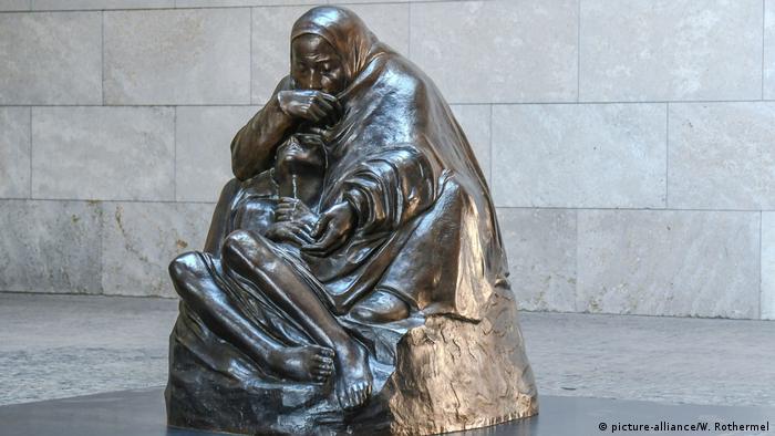 Копія скульптури Кете Колльвіц, що зображує матір і її мертвого сина у меморіалі жертв війни й диктатури в Берліні, Німеччина
