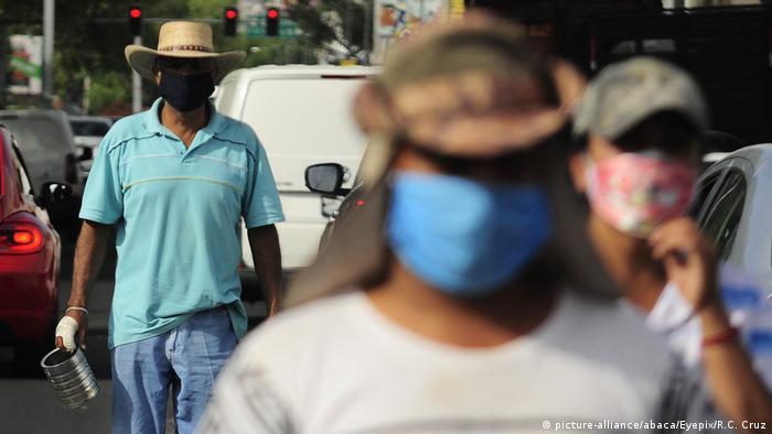 Foto de hombres mexicanos con mascarillas