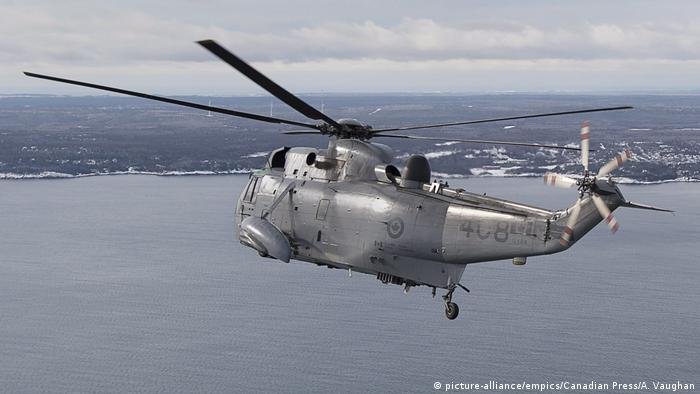 A CH-124 Sea King helicopter flies over Halifax (picture-alliance/empics/Canadian Press/A. Vaughan)