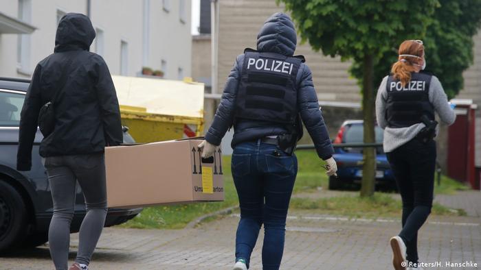 داهمت قوات الشرطة الألمانية عدداً من المساجد والمراكز المشتبه بأنها تابعة لحزب الله اللبناني في ألمانيا، وهي الخطوة التي انتقدها الحزب بشدة