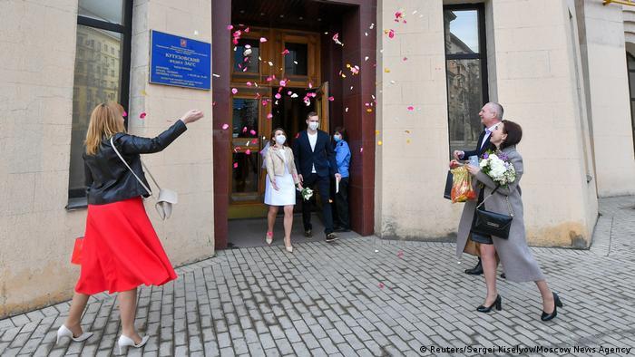 Coronavirus   Hochzeit   Liebe   Paar   Russland   Moskau (Reuters/Sergei Kiselyov/Moscow News Agency)