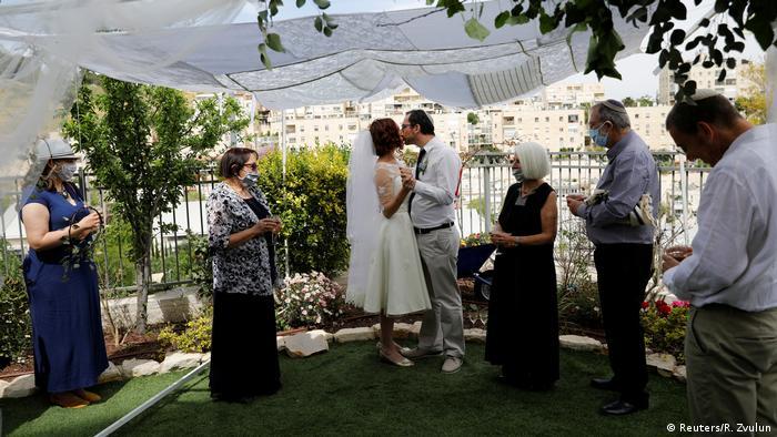 یکی از جشنهای کوچک یهودی است و در اسرائیل به عنوان روز والنتاین ملی استفاده میشود. در این روز جشنهای عروسی برپا میشود و عاشقان به هم هدیه میدهند. برپایه میشنا، توبآو یک جشن پر از شادمانی در روزگاران پرستشگاه اورشلیم و در ارتباط با خوشهچینی بودهاست. دراین روز دختران باکره اورشلیم، با پوشیدن لباسهای سپید قرضگرفته شده در کنار هم جمع شده و به پایکوبی میپرداختند.