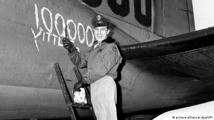 Smiling soldier writes 100,000 on a plane, to mark 100,000 Allied Airlift flight (picture-alliance / dpa / UPI)