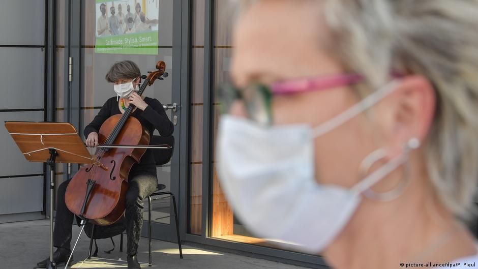 Coronavirus Cottbus - Musiker musizieren für Krankenhauspatienten