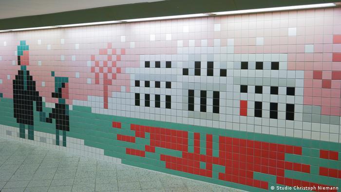 Pixel-Bild im S-Bahnhof Wannsee, das an die berüchtigte Wannseekonferenz erinnert , bei der 1942 der organisierte Massenmord an den Juden beschlossen wurde