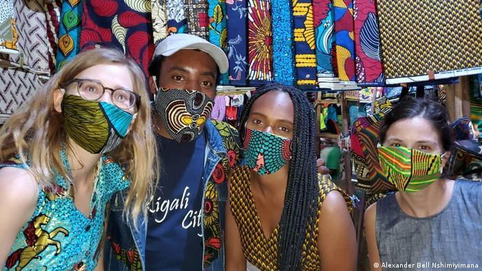 Ruanda Designer Alexander Bell Nshimiyimana mit Gesichtsmaske (Alexander Bell Nshimiyimana)