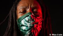 Foto Kredit: Mizo Ozim. Beschreibung: Artist and model Joe Batoury wearing a coronavirus mask made by designer Mounia Lazali in Algeria.