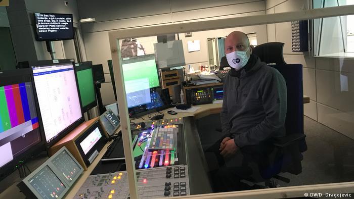 Nova radna svakodnevica - studio DW-a sa zaštitnim staklom i tehničarom koji nosi masku