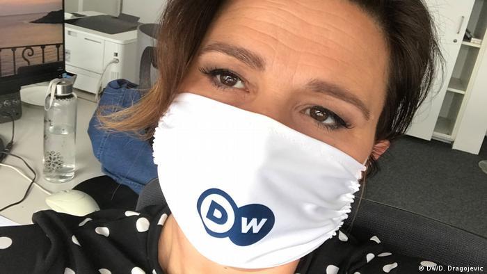 Autorica teksta sa zaštitnom maskom