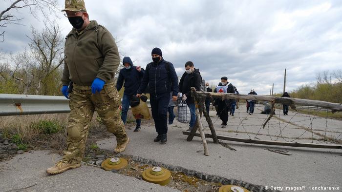 Ukraine   Gefangenenaustausch in Donetsk (Getty Images/Y. Honcharenko)