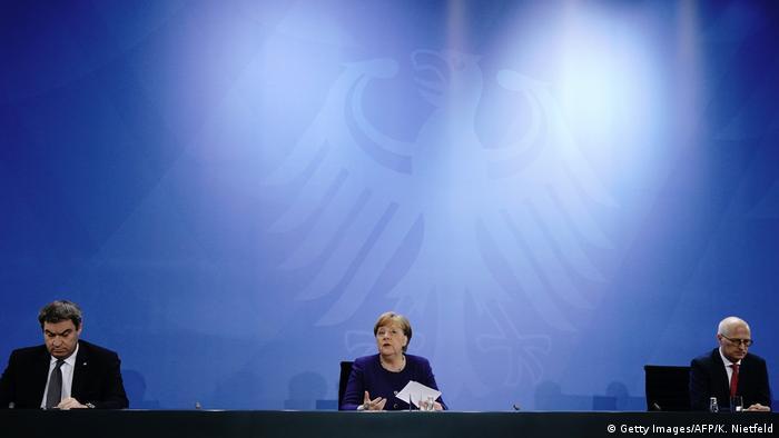 Deutschland Berlin Pressekonferenz Coronavirus | Maruks Söder, Angela Merkel und Peter Tschentscher (Getty Images/AFP/K. Nietfeld)