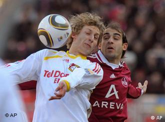 Nürnbergs Javier Pinola (r) und Leverkusens Stefan Kiessling kämpen um den Ball (Foto: AP)