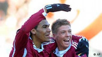 Nürnbergs Maxim Choupo-Moting (l) lässt sich von Teamkollege Mike Frantz feiern (Foto: AP)