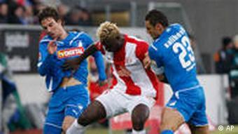 Die Hoffenheimer Christian Eichner (l) und Sejad Salihovic wollen den Mainzer Aristide Bance vom Ball trennen (Foto: AP)